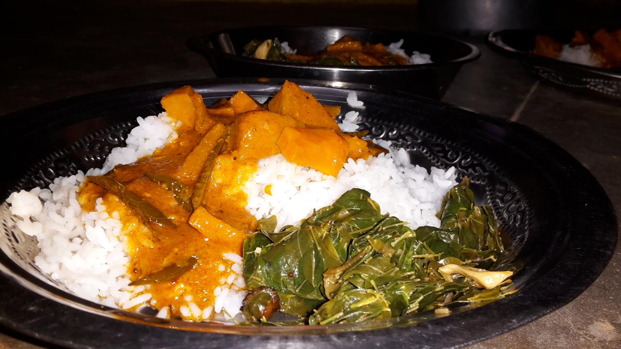 Südindisches Abendessen: Kartoffel-Karotten-Curry, Spinat und natürlich Reis