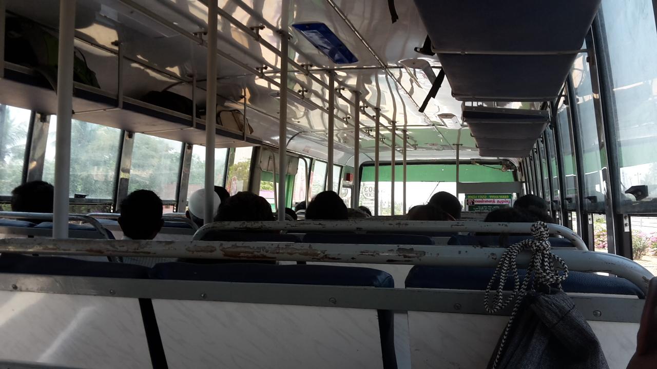 Unterwegs mit dem Bus von Chennai nach Vellore.