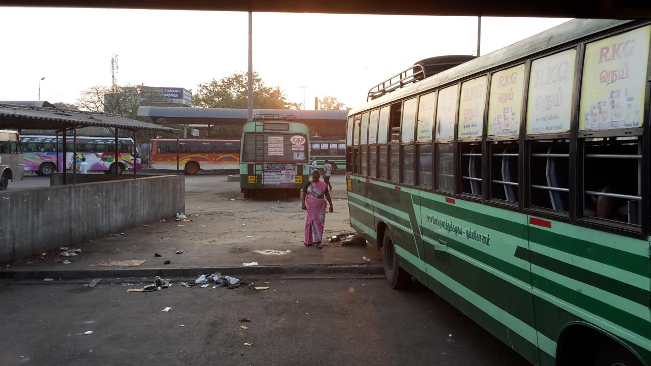 Der Busbahnhof in Vellore am Morgen