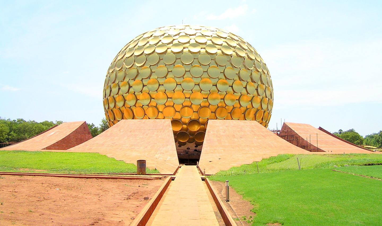 Das Matrimandir -  das Zentrum Aurovilles. Credits unten