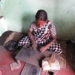 Eine Frau rollt pro Tag etwa 5000 Räucherstäbchen in Mysore.