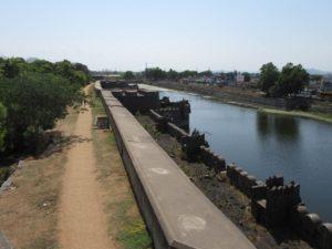 Das Fort ist von einem breiten Wassergraben umgeben. Auf dem Weg im Inneren kann man heute ungestört flanieren.